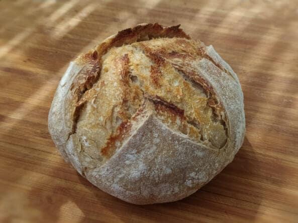 пшеничный хлеб на ржаной закваске запеченный в чугунной кастрюле